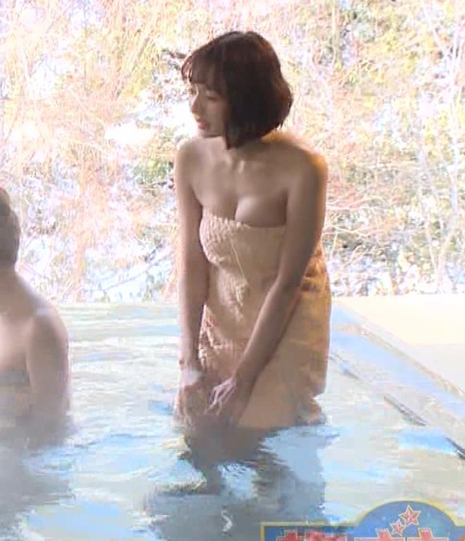岡田紗佳 温泉入浴でおっぱいがタオルからこぼれているキャプ・エロ画像8