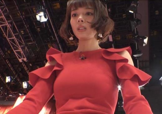 岡田紗佳 クイズ番組でもエロい衣装キャプ画像(エロ・アイコラ画像)