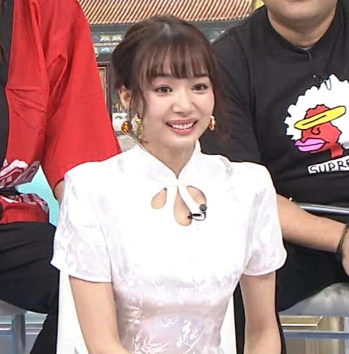 岡田紗佳 大きくスリットが入ったチャイナドレス姿キャプ・エロ画像3