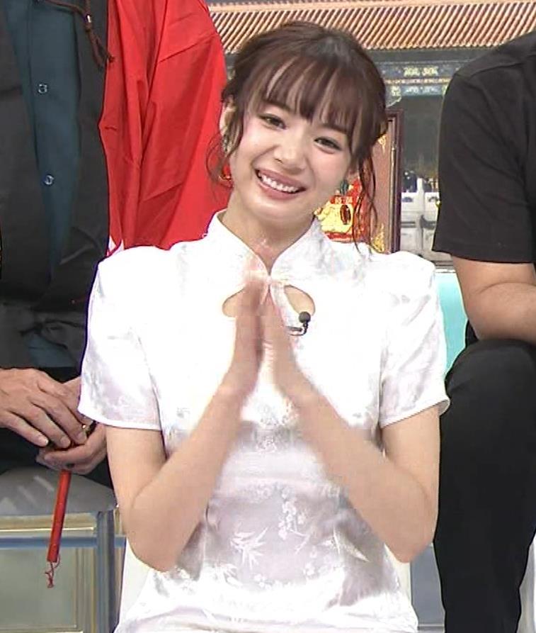 岡田紗佳 大きくスリットが入ったチャイナドレス姿キャプ・エロ画像5