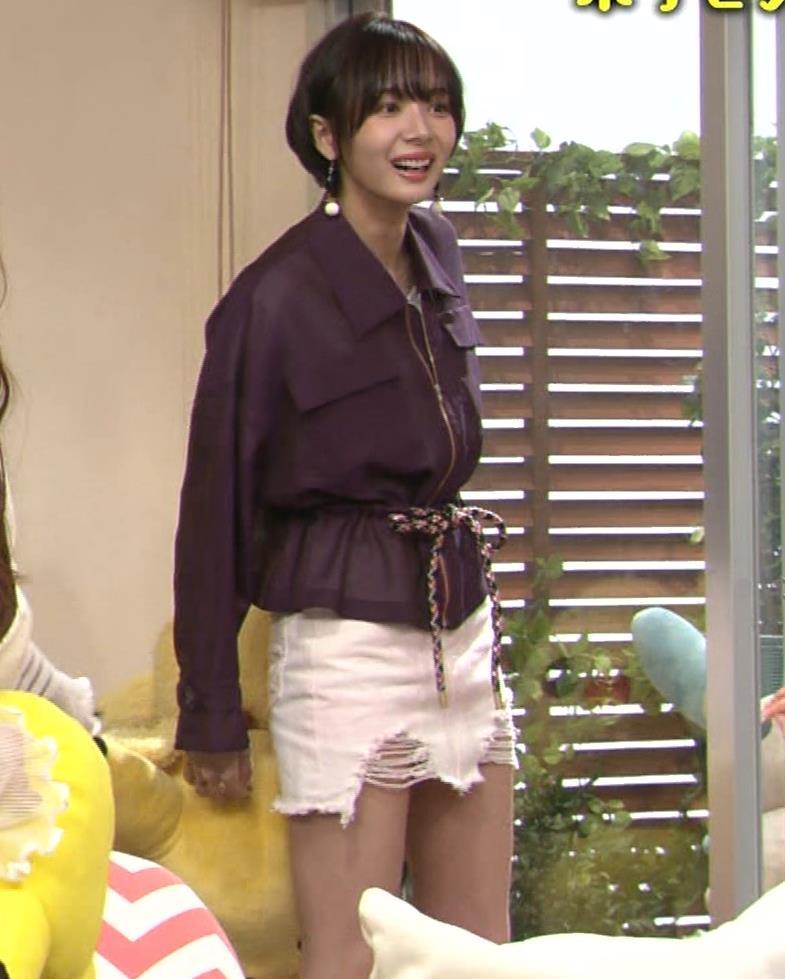 岡田紗佳 子供向け番組でも過激に脚見せキャプ・エロ画像2