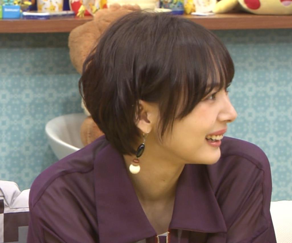 岡田紗佳 子供向け番組でも過激に脚見せキャプ・エロ画像11