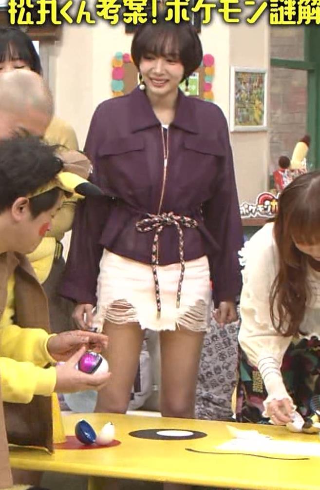岡田紗佳 子供向け番組でも過激に脚見せキャプ・エロ画像12