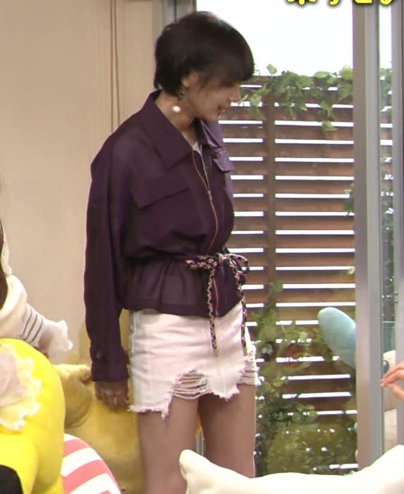 岡田紗佳 子供向け番組でも過激に脚見せキャプ・エロ画像3