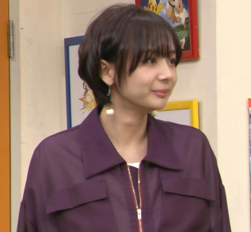 岡田紗佳 子供向け番組でも過激に脚見せキャプ・エロ画像6