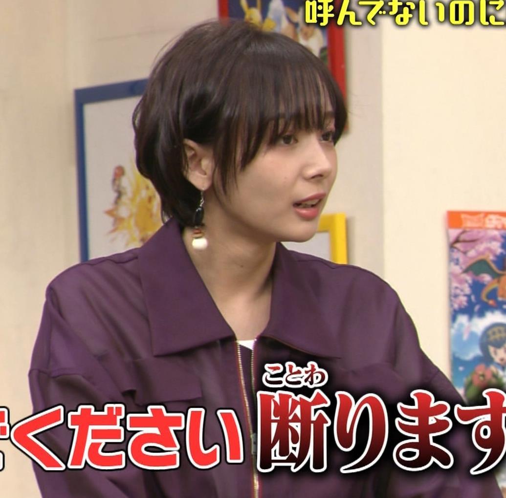 岡田紗佳 子供向け番組でも過激に脚見せキャプ・エロ画像8