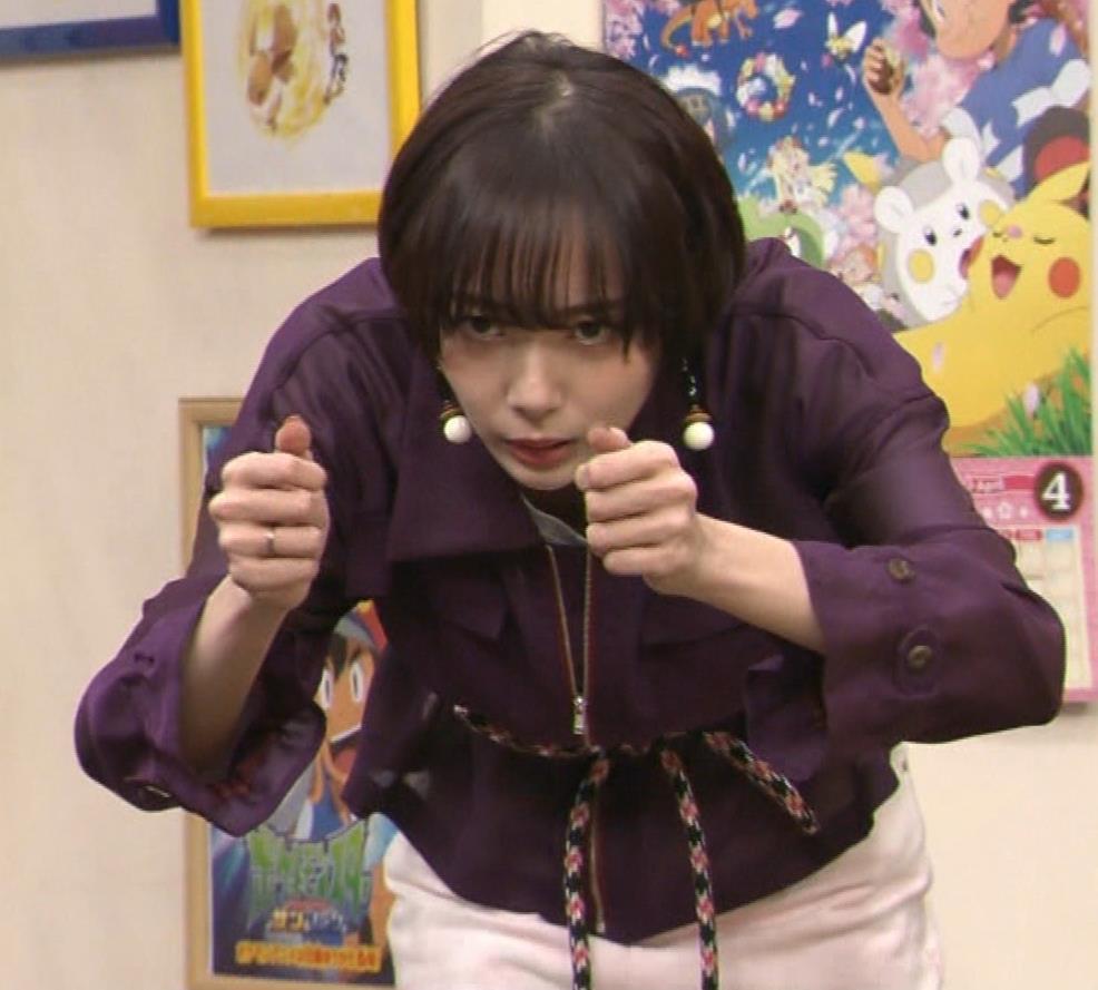 岡田紗佳 子供向け番組でも過激に脚見せキャプ・エロ画像10