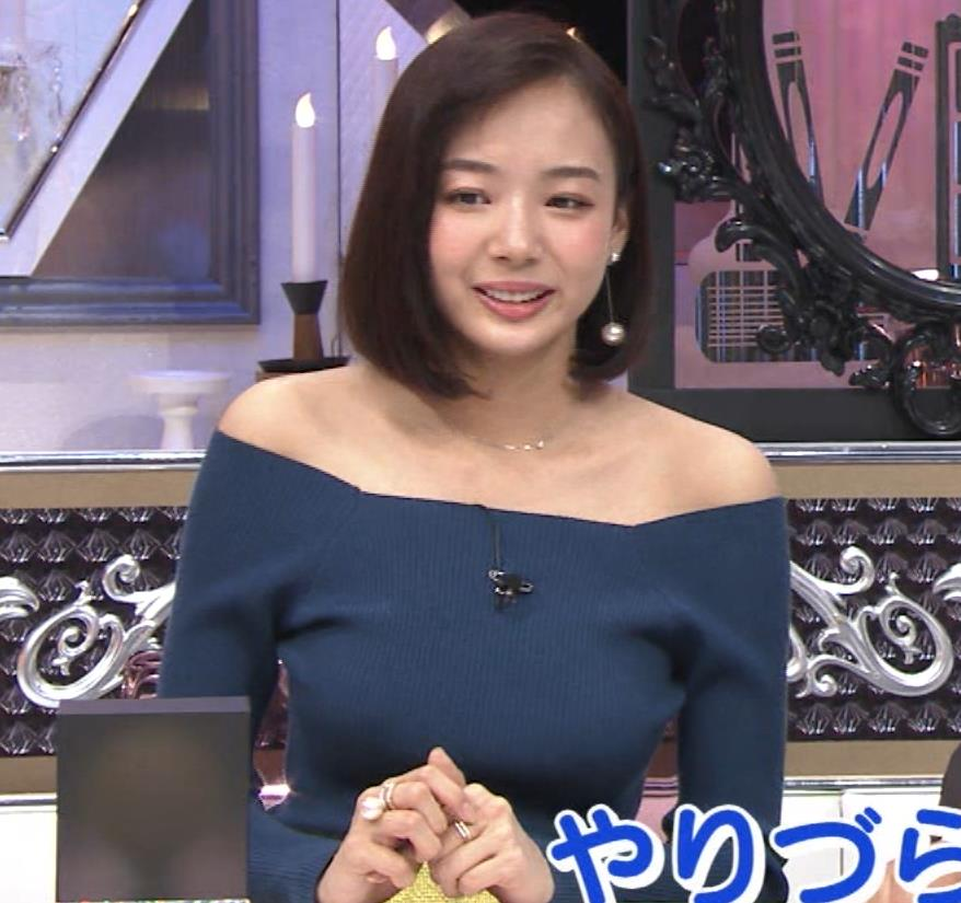 岡田紗佳 肩出しニットおっぱい&谷間チラキャプ・エロ画像3