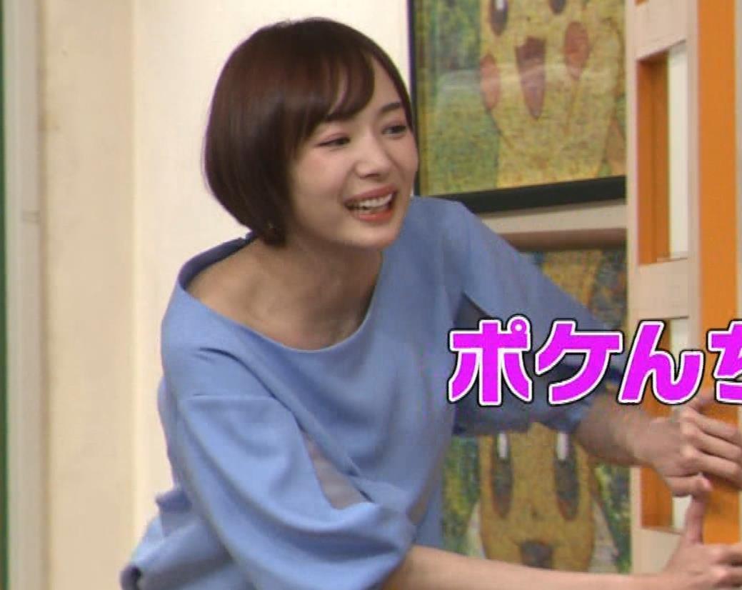 岡田紗佳 前かがみでちょっと胸元チラキャプ・エロ画像
