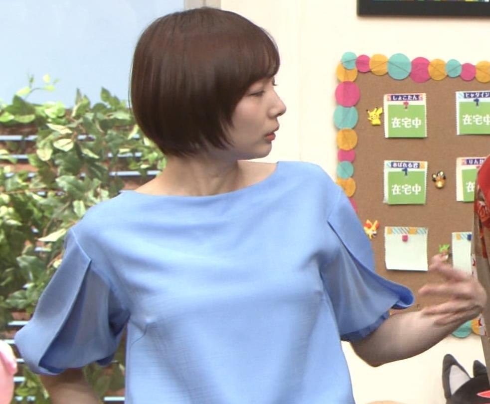 岡田紗佳 前かがみでちょっと胸元チラキャプ・エロ画像12