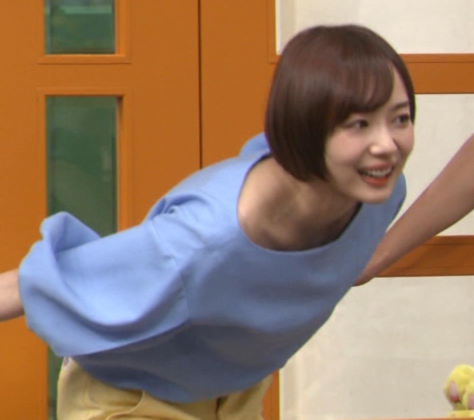 岡田紗佳 前かがみでちょっと胸元チラキャプ・エロ画像3