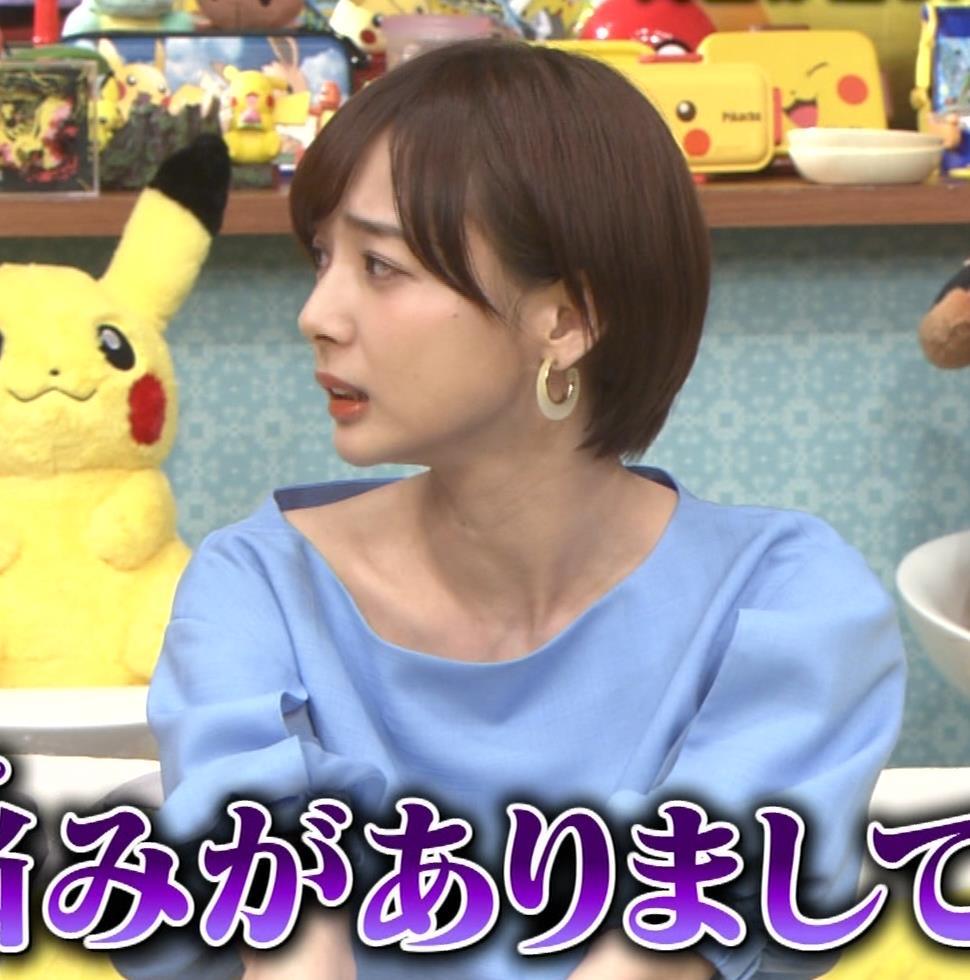 岡田紗佳 前かがみでちょっと胸元チラキャプ・エロ画像5