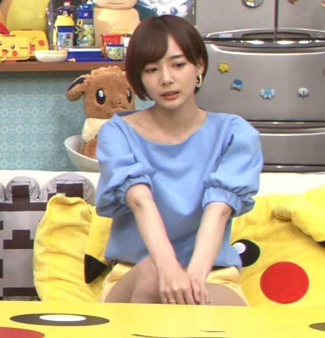 岡田紗佳 前かがみでちょっと胸元チラキャプ・エロ画像6