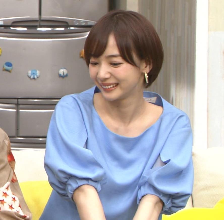 岡田紗佳 前かがみでちょっと胸元チラキャプ・エロ画像8