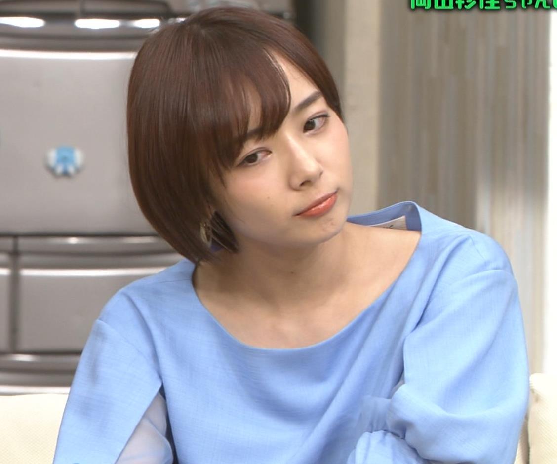 岡田紗佳 前かがみでちょっと胸元チラキャプ・エロ画像9