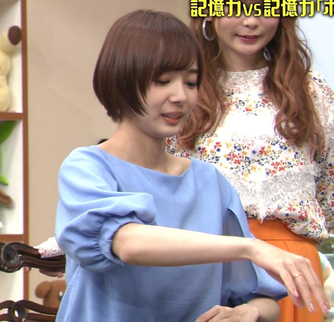 岡田紗佳 前かがみでちょっと胸元チラキャプ・エロ画像10