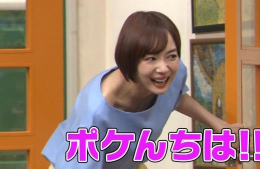 岡田紗佳 前かがみでちょっと胸元チラキャプ画像(エロ・アイコラ画像)