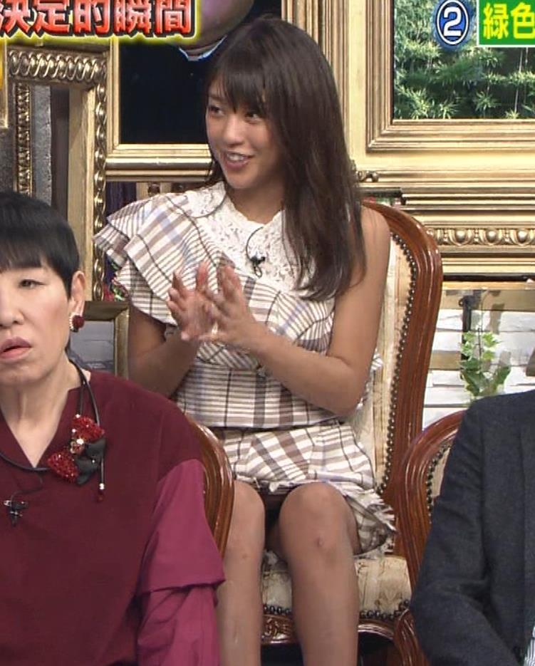 岡副麻希 ミニスカで脚を開いてパンツが見えそうキャプ・エロ画像