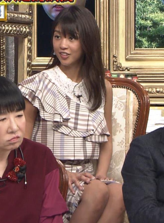岡副麻希 ミニスカで脚を開いてパンツが見えそうキャプ・エロ画像2