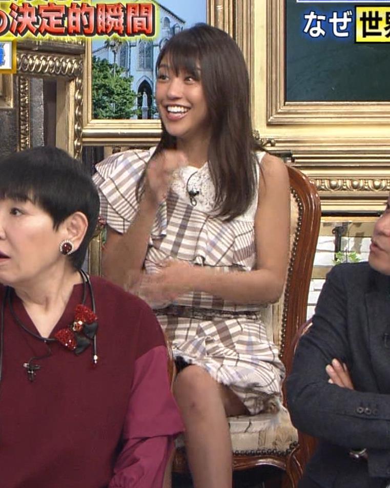 岡副麻希 ミニスカで脚を開いてパンツが見えそうキャプ・エロ画像9
