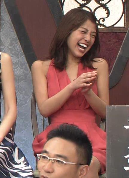 アナ セクシードレスで胸チラ・ワキチラ・パンチラキャプ・エロ画像