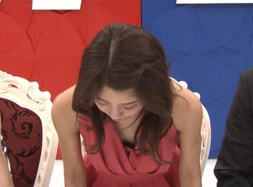 アナ セクシードレスで胸チラ・ワキチラ・パンチラキャプ・エロ画像15