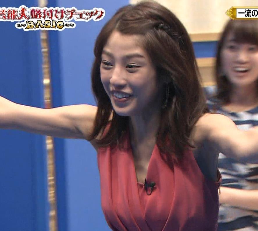 アナ セクシードレスで胸チラ・ワキチラ・パンチラキャプ・エロ画像16