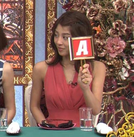 アナ セクシードレスで胸チラ・ワキチラ・パンチラキャプ・エロ画像7
