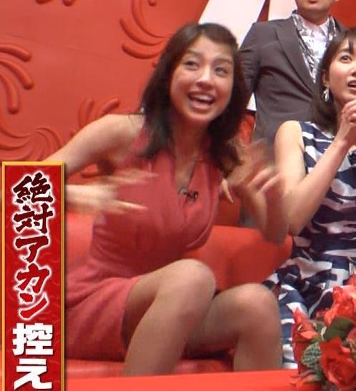 アナ セクシードレスで胸チラ・ワキチラ・パンチラキャプ・エロ画像8