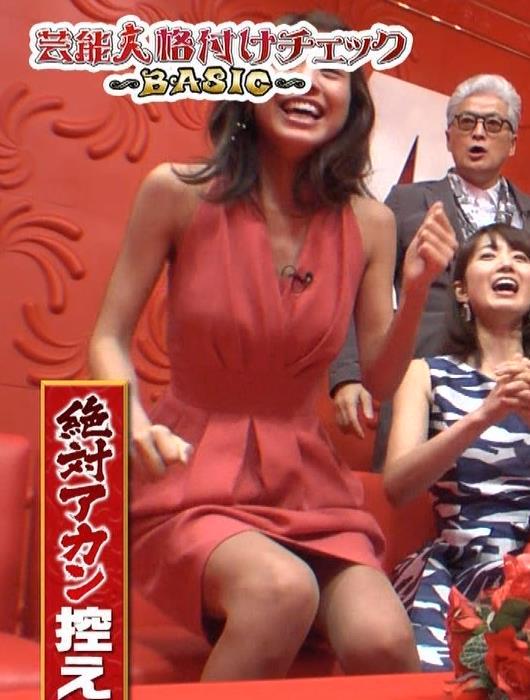 アナ セクシードレスで胸チラ・ワキチラ・パンチラキャプ・エロ画像10