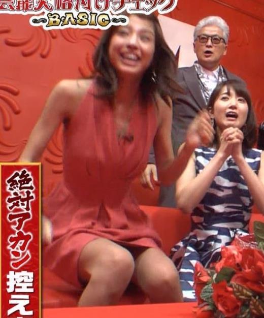 岡副麻希 セクシードレスで胸チラ・ワキチラ・パンチラキャプ画像(エロ・アイコラ画像)