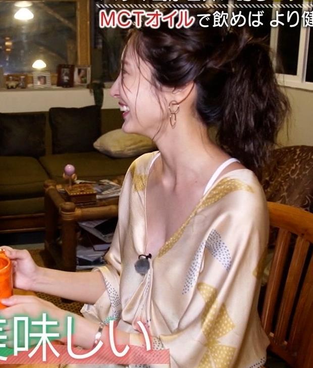 大石絵理 胸の谷間露出衣装キャプ・エロ画像5