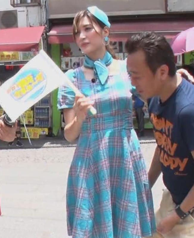 大島麻衣 お姫様抱っこでパンツが見えそうになるキャプ・エロ画像
