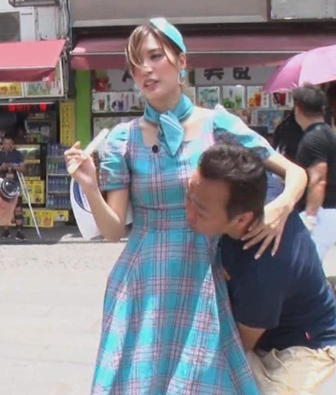 大島麻衣 お姫様抱っこでパンツが見えそうになるキャプ・エロ画像2