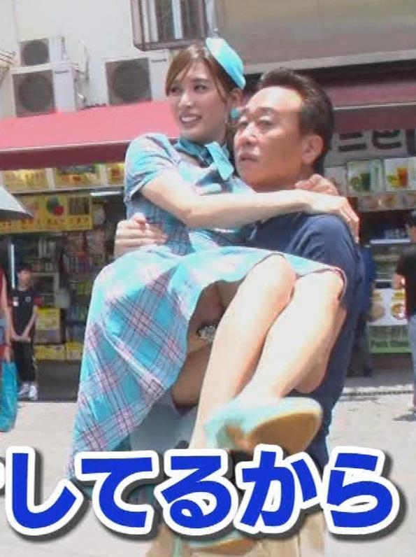 大島麻衣 お姫様抱っこでパンツが見えそうになるキャプ・エロ画像14