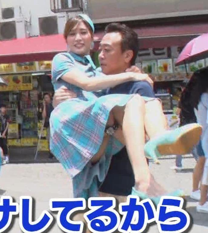 大島麻衣 お姫様抱っこでパンツが見えそうになるキャプ・エロ画像15