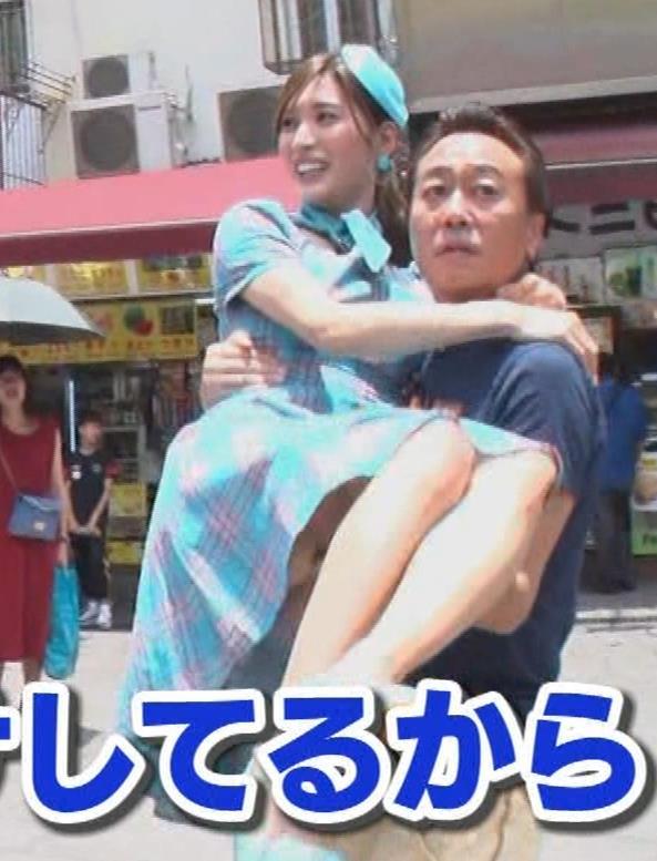 大島麻衣 お姫様抱っこでパンツが見えそうになるキャプ・エロ画像17