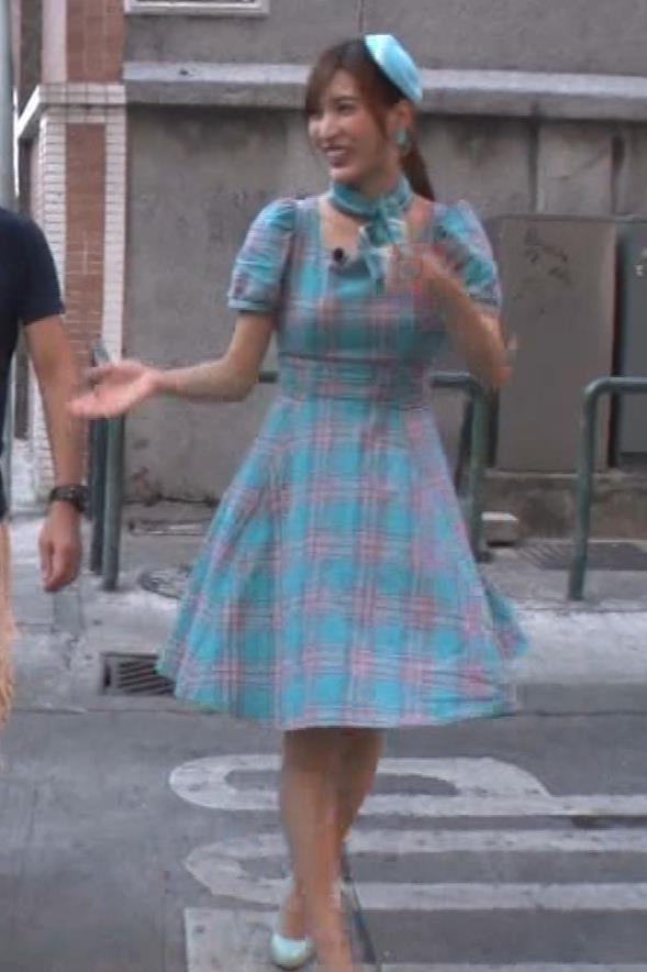 大島麻衣 お姫様抱っこでパンツが見えそうになるキャプ・エロ画像20
