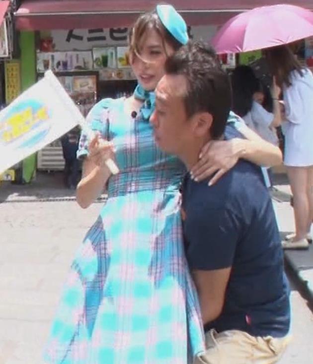 大島麻衣 お姫様抱っこでパンツが見えそうになるキャプ・エロ画像3