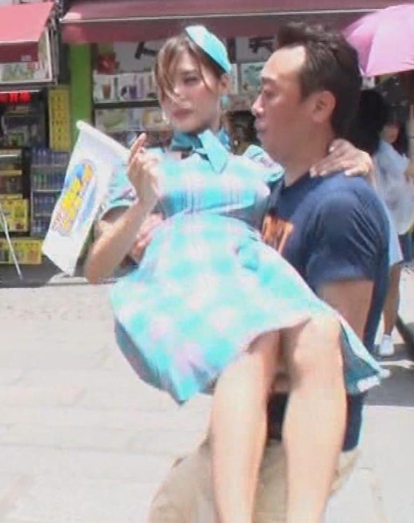 大島麻衣 お姫様抱っこでパンツが見えそうになるキャプ・エロ画像4