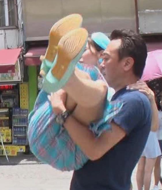 大島麻衣 お姫様抱っこでパンツが見えそうになるキャプ・エロ画像5