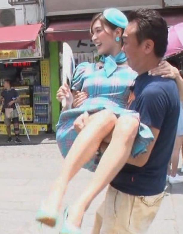 大島麻衣 お姫様抱っこでパンツが見えそうになるキャプ・エロ画像6