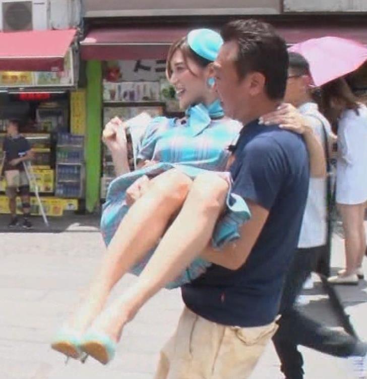 大島麻衣 お姫様抱っこでパンツが見えそうになるキャプ・エロ画像7