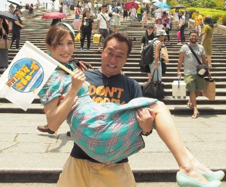 大島麻衣 お姫様抱っこでパンツが見えそうになるキャプ・エロ画像9