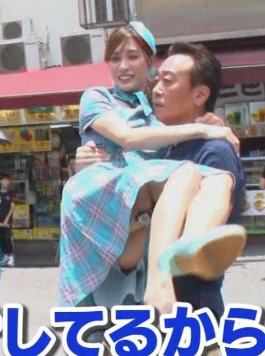 大島麻衣 お姫様抱っこでパンツが見えそうになるキャプ画像(エロ・アイコラ画像)