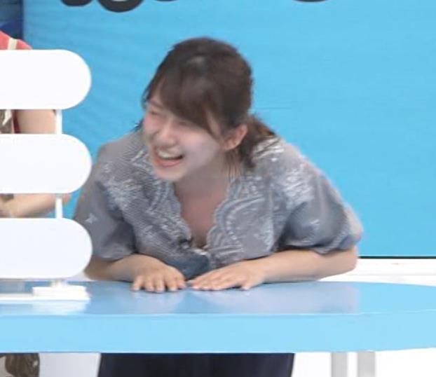 尾崎里紗アナ 胸元が緩い服で前かがみ胸ちらキャプ・エロ画像