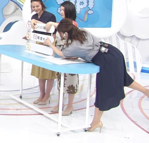 尾崎里紗アナ 胸元が緩い服で前かがみ胸ちらキャプ・エロ画像2