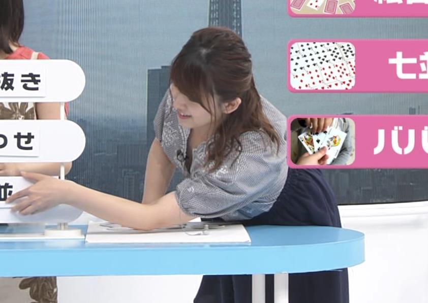 尾崎里紗アナ 胸元が緩い服で前かがみ胸ちらキャプ・エロ画像3