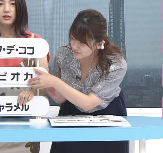 尾崎里紗アナ 胸元が緩い服で前かがみ胸ちらキャプ・エロ画像4