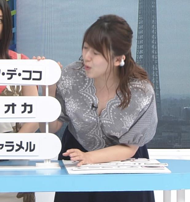 尾崎里紗アナ 胸元が緩い服で前かがみ胸ちらキャプ・エロ画像5
